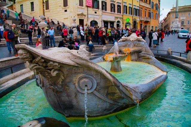 La Barcaccia, fonte esculpida por Pietro Bernini, na Piazza di Spagna