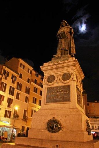 Estátua do filósofo Giordano Bruno, na Praça Campo del Fiori