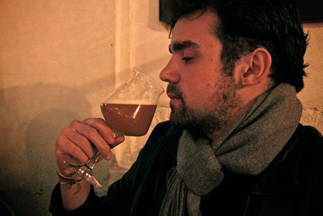 André degusta sua primeira cerveja em Roma