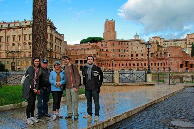 Ana, meus pais, Élcio e André. Mercado de Trajano ao fundo