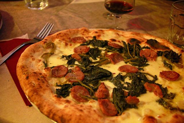 Pizza com linguiça calabresa e espinafre
