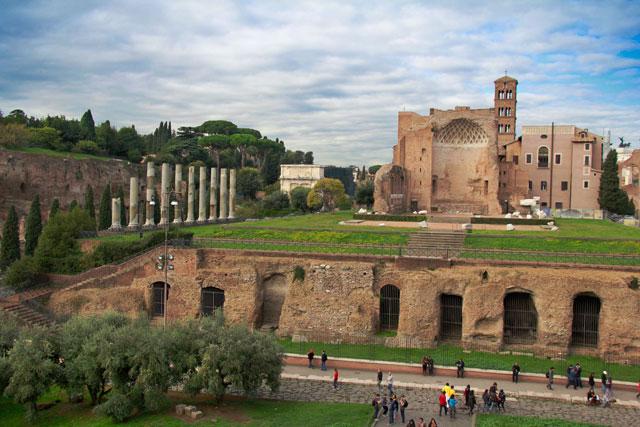 Templo de Vênus e Roma, no Palatino, visto do Coliseu