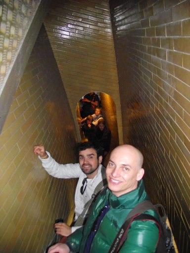 Escada estreita que leva à cúpula da Basílica de São Pedro