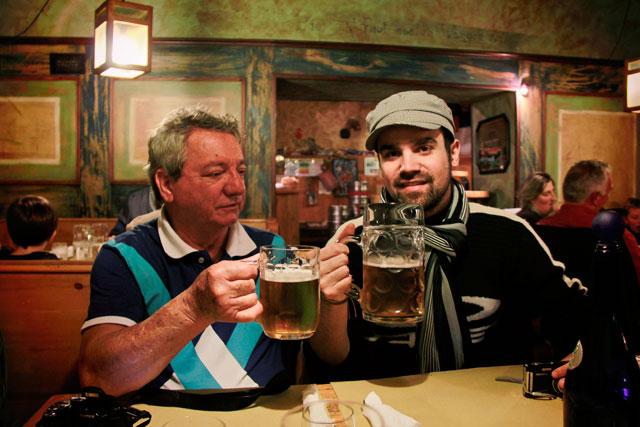 Meu pai e André, em restaurante alemão da Via della Fontanella