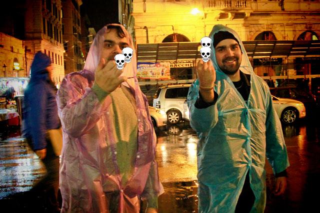 Élcio e André, insatisfeitos com a capa de chuva