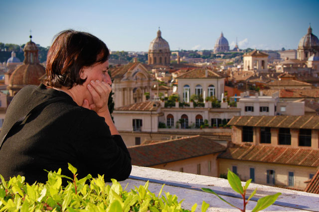 Minha mãe contempla Roma de um dos terraços dos Museus Capitolinos