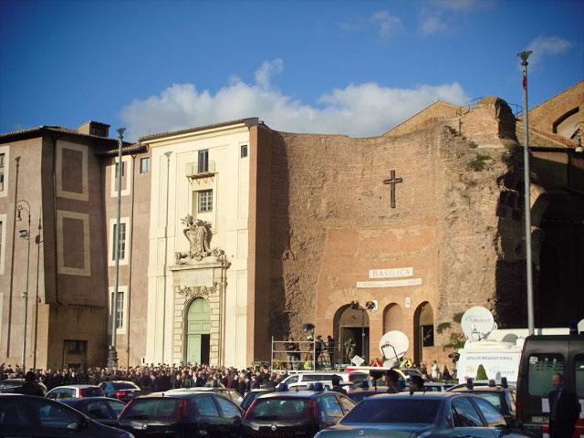 Multidão em velório na Igreja de Santa Maria degli Angeli e dei Martiri
