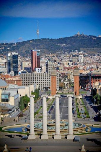 Fonte Mágica de Montjuïc vista da subida até o MNAC