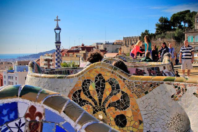 Bancos decorados com mosaicos, na Plaça de la Natura, Parc Güell