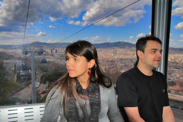 Clarice tensa, no Teleféric de Montjuïc