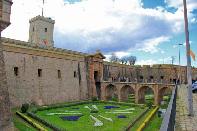Jardins na entrada do Castell de Montjuïc
