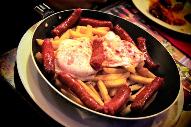 Ovos estrelados com linguiça e batata frita
