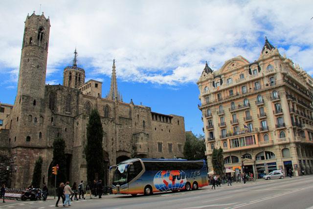 Plaça Ramon Berenguer el Gran. Muralha Romana à esquerda