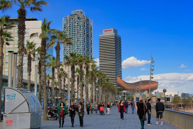 Passeig Marítim de la Barceloneta, com Torres Gemelas ao fundo