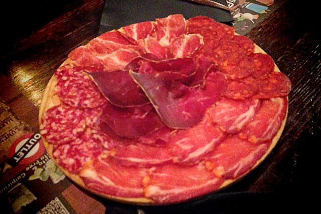 Porção com jamón ibérico, jamón serrano e salaminho