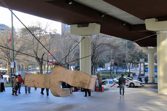 """Escultura La sirena varada, de Eduardo Chillida. Gravação da """"Malhação Espanhola"""" ao fundo"""