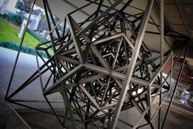 Estructuración Hiperpoliédrica del Espacio, de Rafael Leoz, no Museu Arte Público