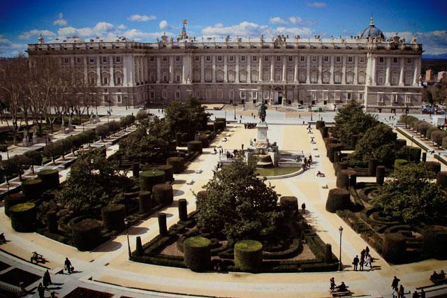 Plaza de Oriente com Palácio Real de Madri ao fundo, vistos do Teatro Real
