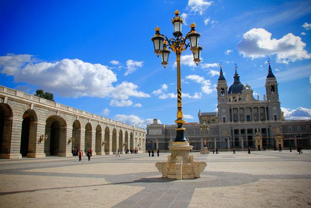Pátio do Palácio Real de Madri, com Catedral de Almudena ao fundo