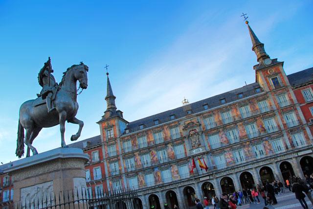 Estátua de Felipe III da Espanha e fachada da Casa de la Panadería, na Plaza Mayor