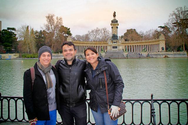Eu, Élcio e Clarice. Monumento a Afonso XII ao fundo
