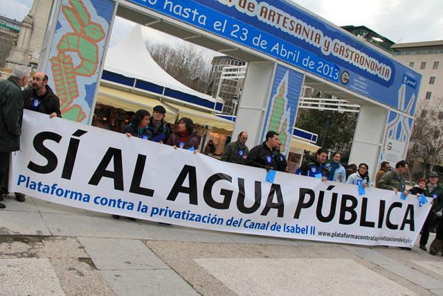 Manifestação contra a privatização do Canal de Isabell II, na Plaza de España