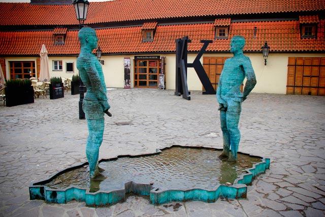Escultura Čůrající postavy, de David Černý