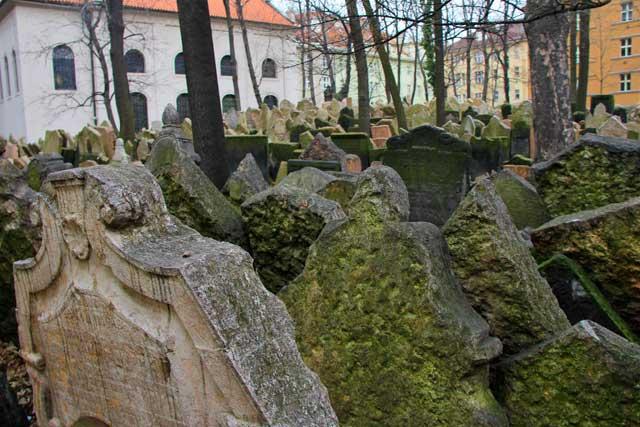 Amontoado de lápides, no Cemitério Judaico (Starý židovslý hřbitov)