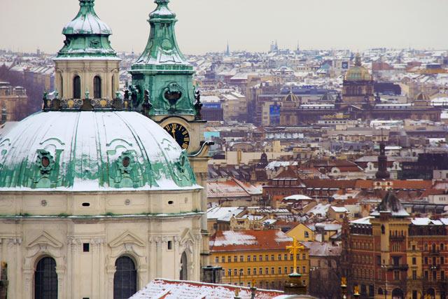 Cúpula da Igreja de São Nicolau, na Praça da Torre Lesser, vista do mirante do Castelo de Praga