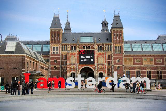 """Letreiro """"I amsterdam"""" com Rijksmuseum ao fundo"""