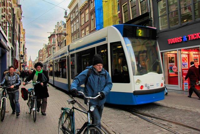 Cidadãos de bicicleta pela Leidsestraat