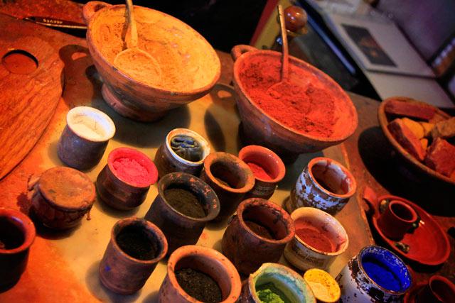 Insumos para produção de tintas, no ateliê da Casa de Rembrandt