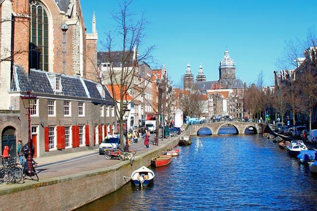 Canal da via Oudezijds Achterburgwal, com Igreja Velha ao fundo