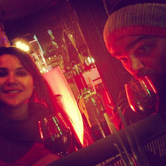 Clarice e Élcio, no bar, em Leidseplein