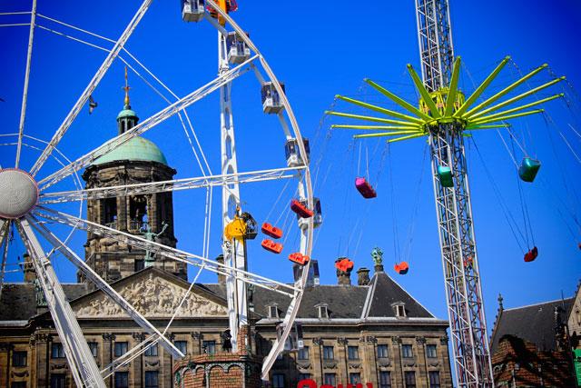 Parque de diversões e Palácio Real de Amsterdam, na praça Dam