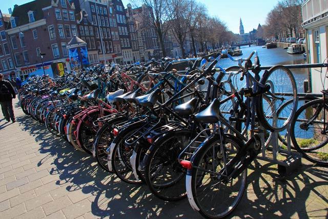 Bicicletas estacionadas pelas pontes dos canais