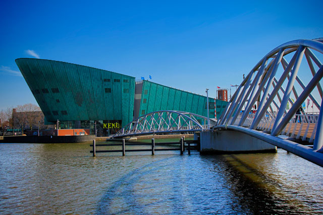Museu NEMO e ponte de Oosterdok