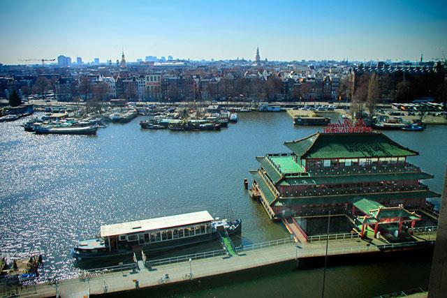 Cidade vista da Biblioteca Pública de Amsterdam. Destaque para o restaurante chinês Sea Palace