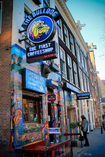 Coffeeshop The Bulldog, na via Oudezijds Voorburgwal