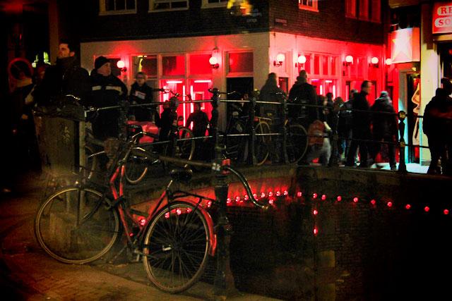 Ponte no cruzamento das ruas Oudezijds Achterburgwal e Molensteeg
