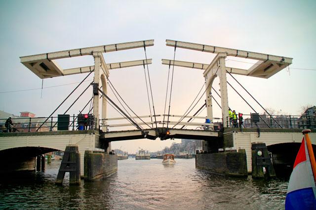 Ponte Magere Brug, sobre o Amstel