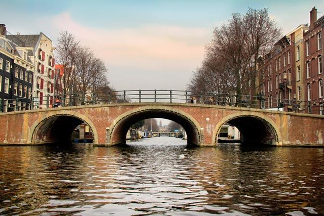 Ponte sobre o canal Nieuwe Prinsengracht, vista do Amstel