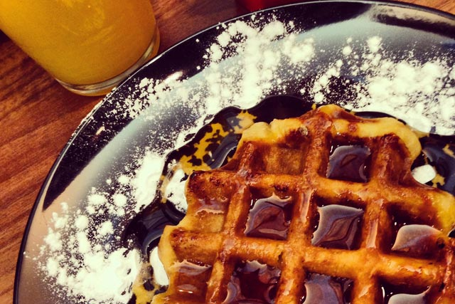 Waffle com calda no café da manhã