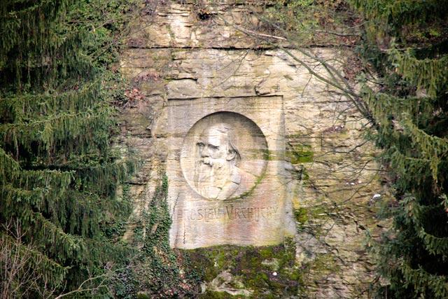 Rosto do poeta tcheco Jaroslav Vrchlický, esculpido na pedra, a 160 m da Barboská