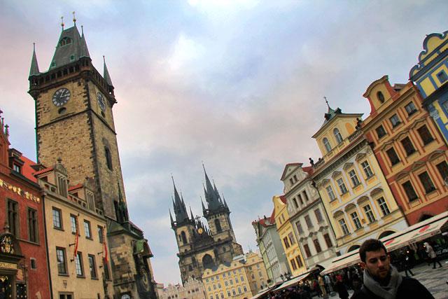 Torre da prefeitura à esqueda. Igreja de Nossa Senhora de Týn ao fundo