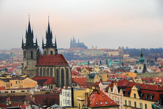 Igreja de Nossa Senhora de Týn à esquerda e Catedral de São Vito ao fundo, vistas da Torre de Pólvora
