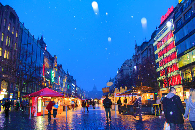 Começa a nevar na Praça Venceslau