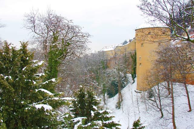 Lateral direita do Castelo de Praga. Destaque para a Torre de Pólvora