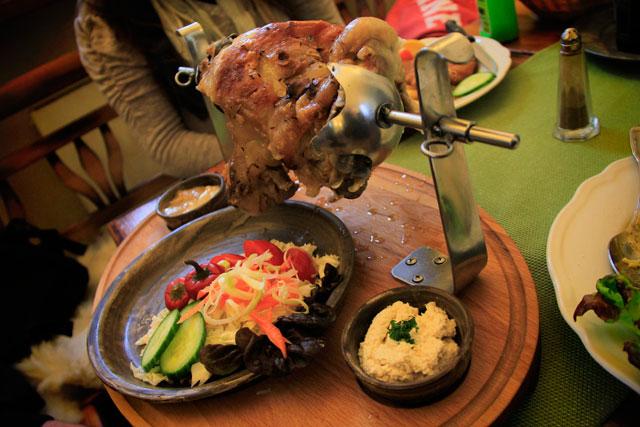Joelho de porco com salada e horseradish, servido no