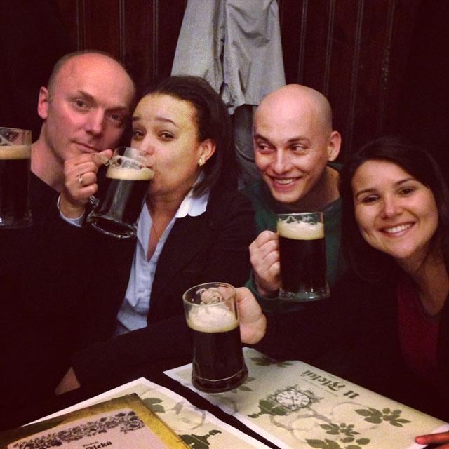 Lars, Jana, eu e Clarice, tomando uma Flekovská třináctka, no U Fleků